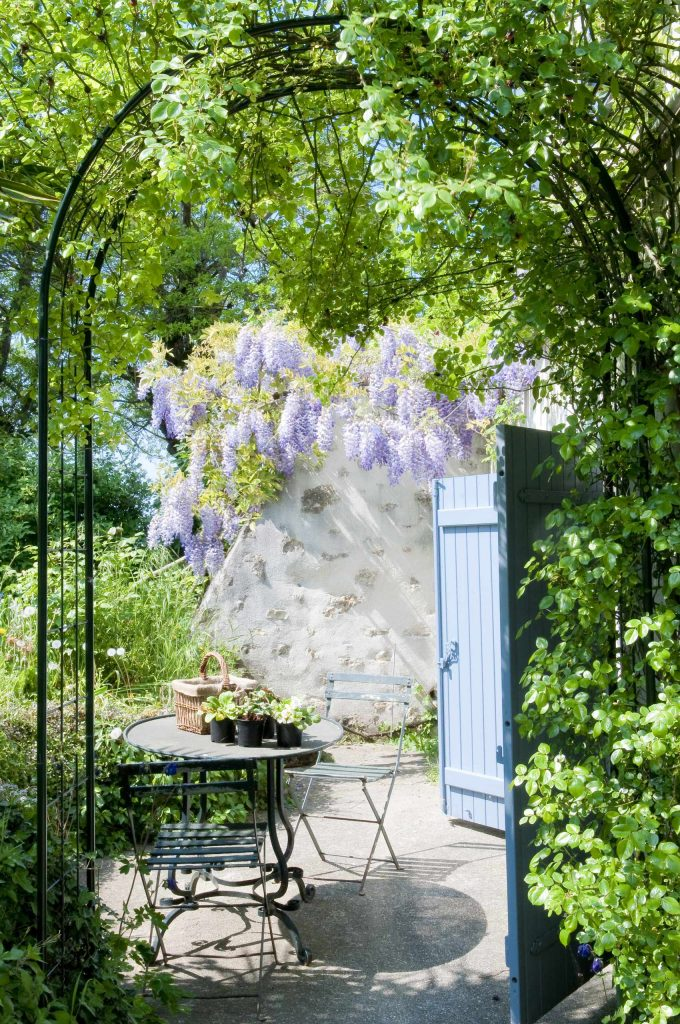 Inspiration for a french country concrete patio remodel in Paris with no cover