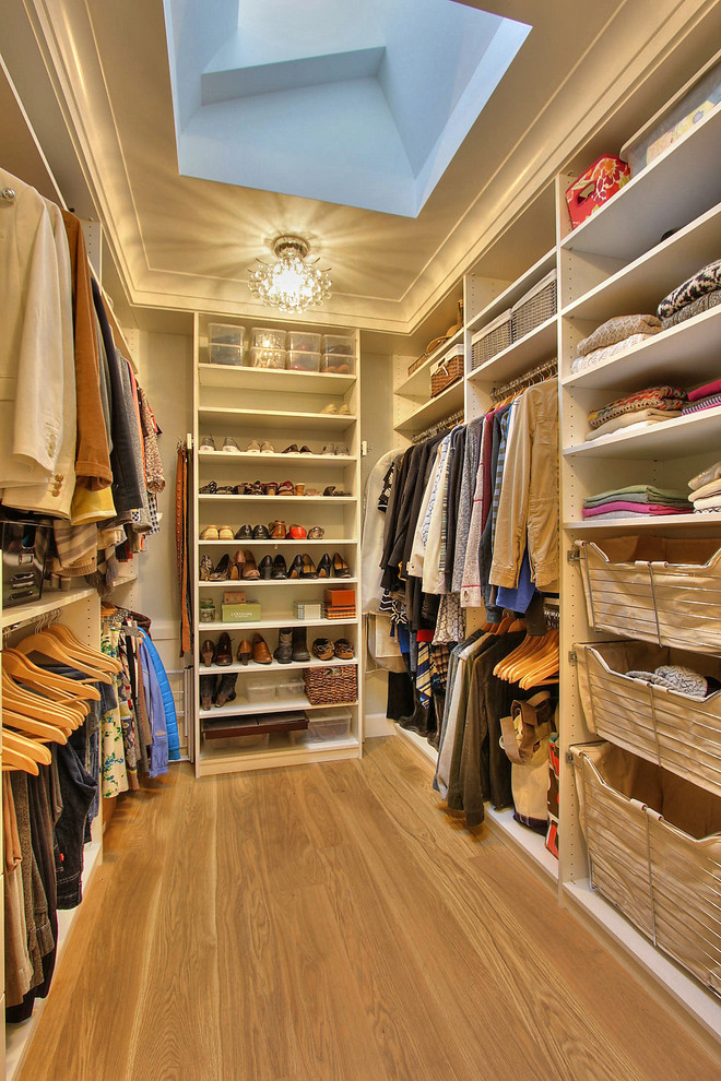 Most popular closet (1) As we take a look at the most popular closet of 2016, it's hard to find a storage feature that it doesn't have. From the wood flooring to the shoe racks, laundry bins, double hanging rods, chandelier, and skylight, we'll take it all.