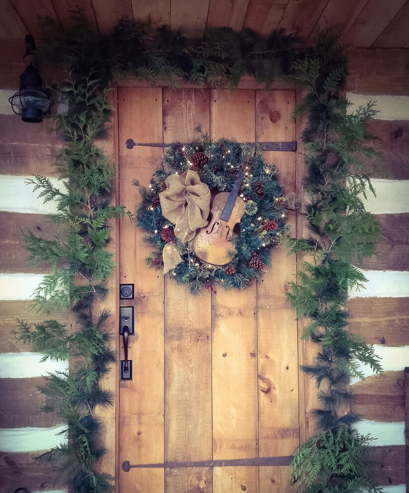 A log cabin home got musical with its wreath, with a violin in the center hitting just the right note.